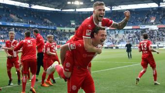 Da tat es noch nicht weh: André Hoffmann von Fortuna Düsseldorf jubelt nach dem Sieg gegen Duisburg auf den Schultern eines Mitspielers.