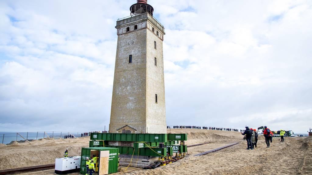 Hier wird ein 700 Tonnen schwerer Leuchtturm verschoben