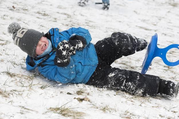 Gabriele (4) bleibt nach der anstrengenden Schlittenfahrt gleich im Schnee liegen.
