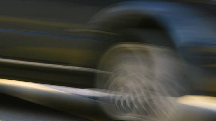Ein Autolenker mit überhöhter Geschwindigkeit und in riskanter Fahrweise einer Polizeikontrolle entzogen. (Symbolbild)