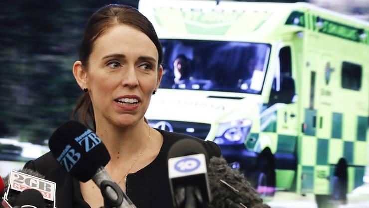 Neuseelands Premierministerin Jacinda Ardern erlässt ein Verkaufsverbot für Sturmgewehre und halbautomatische Waffen.