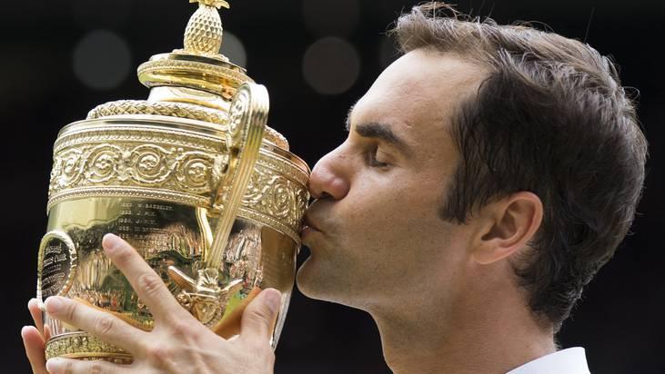Was für ein schönes Bild: Roger Federer küsst seine 8. Wimbledon-Trophäe. Wird es dieses Jahr die neunte geben?