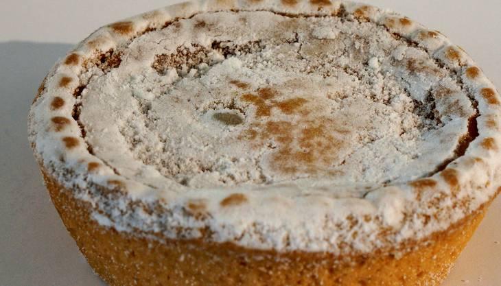 Optik: Das Flädli aus der Migros ist ein Industrieprodukt, optisch perfekt rund und gleichmässig mit Puderzucker bestäubt.Konsistenz: Nicht zu leicht, aber dennoch nicht zu trocken.Füllung: Leicht und luftig, viele Rosinen.Geschmack: Die Rosinen schmecken leicht säuerlich. Die Osterflädli sind trotz der Massenherstellung ausgewogen im Geschmack.Ort und Preis: Diverse Filialen, 1.30 Franken (nur im Doppelpack erhältlich), 2.60 Franken.Bewertung:*****