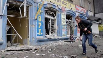 Beim Beschuss einer Bushaltestelle in Donezk wurden auch die Gebäude in der Nähe stark beschädigt.