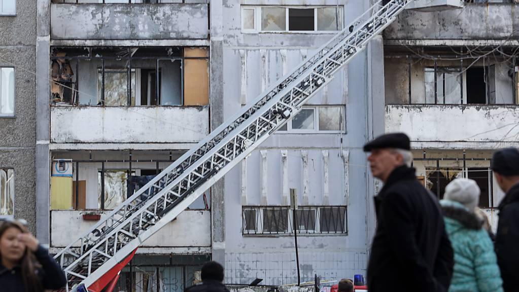 Ein Wohnblock wurde bei einer Explosion von Sauerstoffflaschen in einem Krankenhaus der Südural-Staatsuniversität beschädigt. Die Explosion verursachte einen Brand im Krankenhaus. Foto: Nail Fattakhov/TASS/dpa