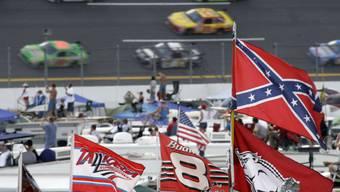 Hier weht sie noch: Die Südstaatenflagge beim NASCAR-Rennen. Dieses Bild soll es so künftig nicht mehr geben.