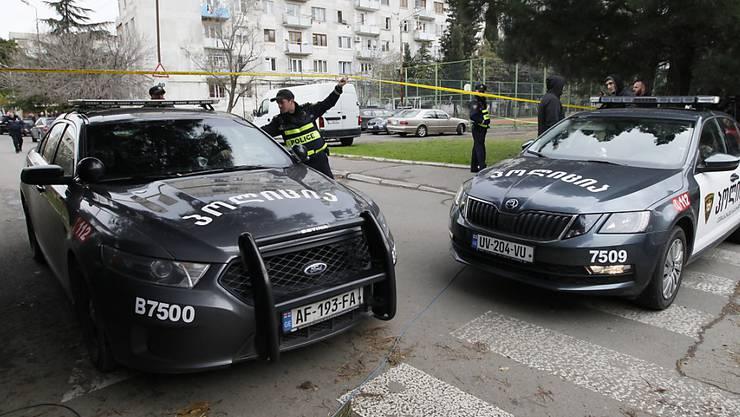 Polizisten sperren das Gebiet rund um den Einsatzort ab.