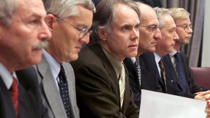 Ruedi Jeker (Züricher Kantonsrat), Kaspar Villiger (Finanzminister), Bundespräsident Moritz Leuenberger, Wirtschaftsminister Pascal Couchepin, Rainer Gut von Nestlé, sowie Peter Siegenthaler vom Departement für Finanzen präsentieren am 22. Oktober 2001 einen neuen Rettungsplan für die Swissair.