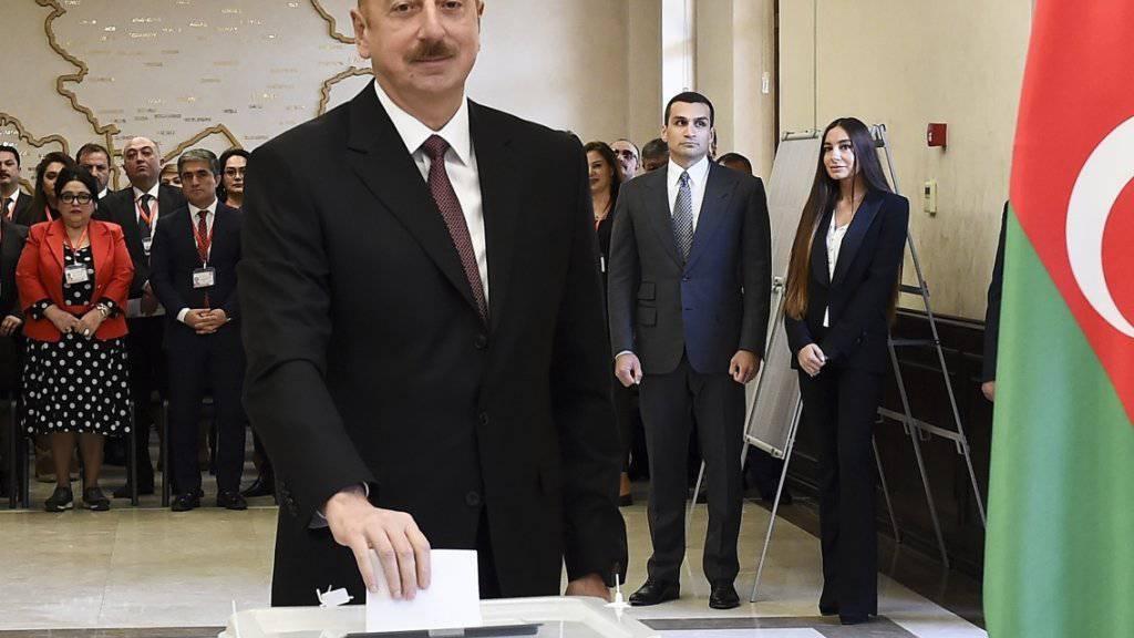 Aserbaidschans Präsident Alijew gibt seine Stimme in der Hauptstadt Baku ab - er hat die Wahl erwartungsgemäss gewonnen.