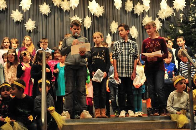 Zwischen den Liederblöcken erzählten die Kinder Andrew Bonds Weihnachtsgeschichte «So ein Kamel».