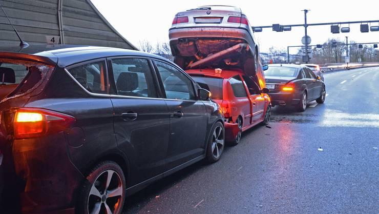 Bei einer Massenkarambolage auf der A2 im Tunnel Eich LU mit zehn Fahrzeugen sind am Freitagmorgen sieben Personen leicht verletzt worden.