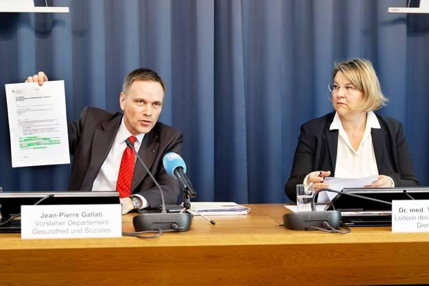 Jean-Pierre Gallati und Yvonne Hummel informieren die Medien betreffend Veranstaltungen mit über 150 Personen.