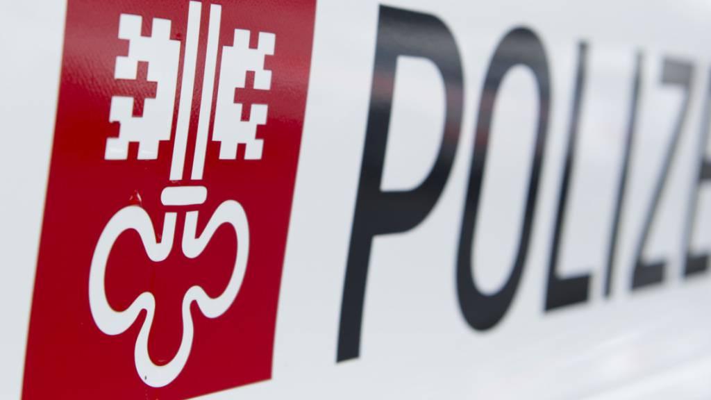Bei einem Selbstunfall eines Autos mit Anhänger ist am Donnerstagvormittag in Buochs NW ein beträchtlicher Sachschaden entstanden. (Bild: Kantonspolizei Nidwalden)