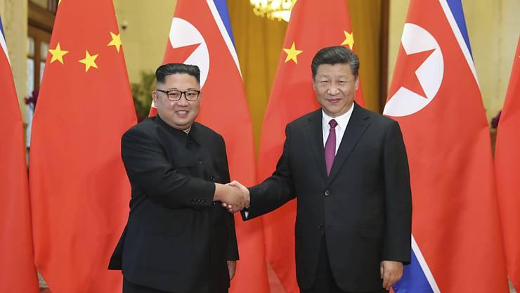 Kim Jong Un (links) halte sich bis Donnerstag auf Einladung von Chinas Präsident Xi Jinping (rechts) im Nachbarland auf, teilte die Nachrichtenagentur KCNA am Dienstag mit. (Archivbild)