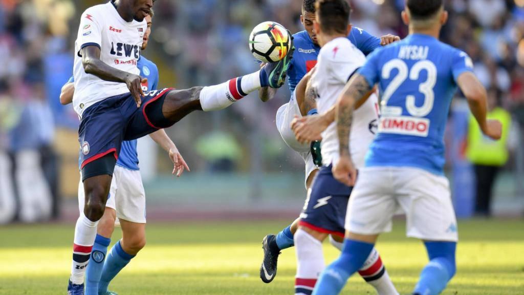 Crotone, hier mit Simy am Ball, steigt nach zwei Jahren in der italienischen Serie A wieder ab.