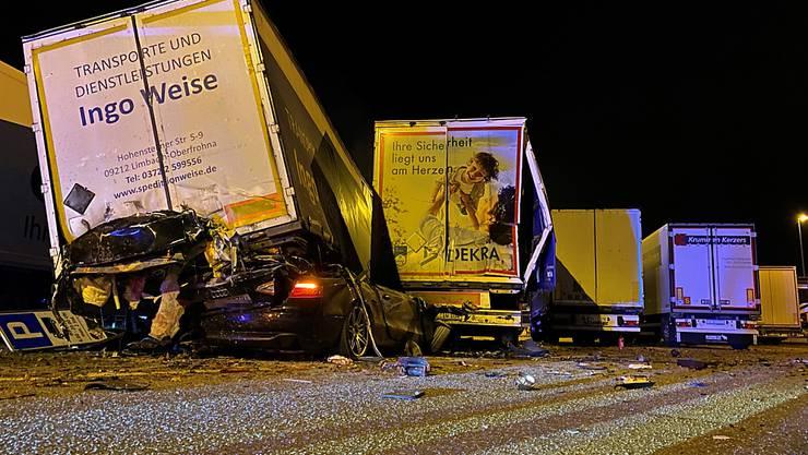 Das Auto des 22-Jährigen verkeilte sich unter dem Lastwagenanhänger.