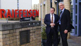 2014 löste Theo Voegtli (l.) Martin Stappung als Verwaltungsratspräsident der Raiffeisenbank Böttstein ab. zvg