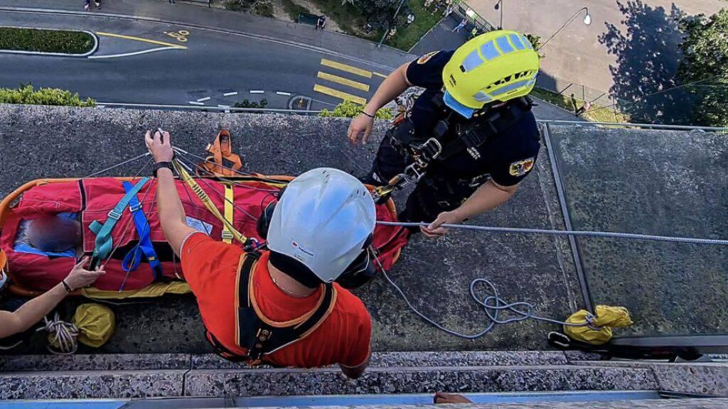 Ungewöhnlicher Rettungseinsatz: Ein verletzter Mann ist am Sonntag in Genf an einem Seil mit einem Helikopter aus einem hohen Gebäude geborgen worden.