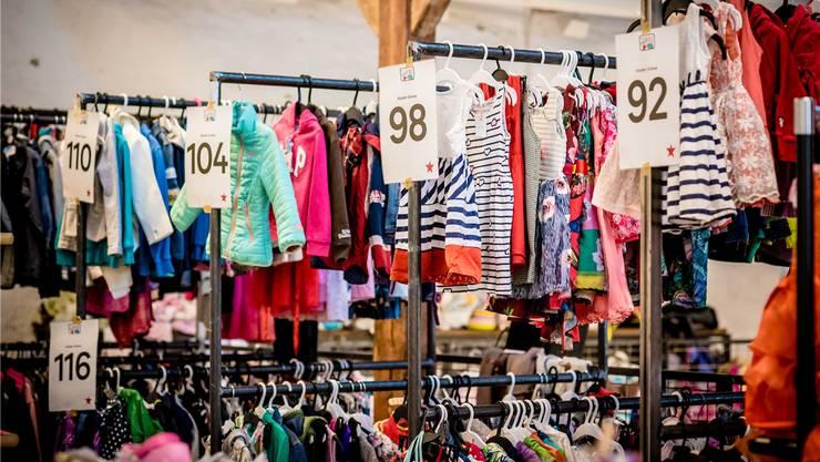 Ordentlich der Grösse nach aufgereiht – die Kinderwarenbörse wurde mit Kleidern überhäuft.