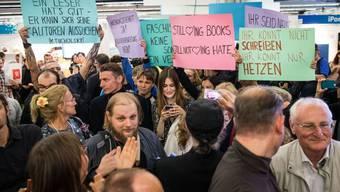 Tumult am Samstag auf der Frankfurter Buchmesse: Linke Demonstranten stören eine Lesung eines rechtsgerichteten Verlags.