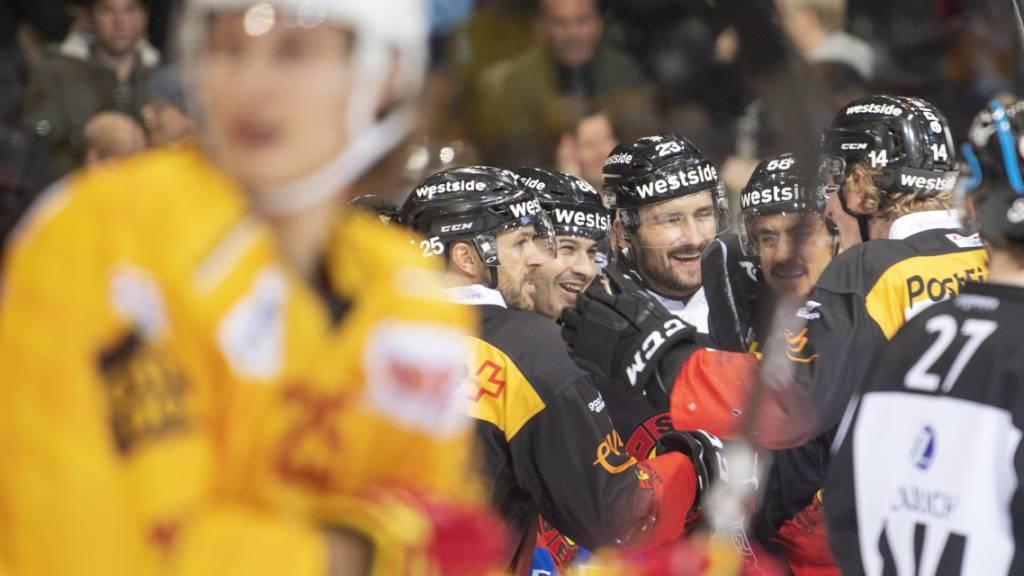 Der SC Bern jubelt vor enttäuschten Langnauern - dank des 3:2-Erfolgs verbleibt Meister Bern im Rennen um die Playoff-Plätze