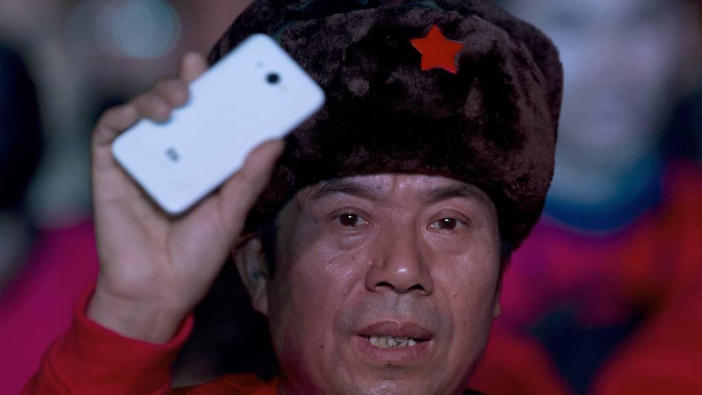 Litauen wirft dem Smartphone-Hersteller Xiaomi und anderen chinesischen Handy-Produzenten vor, Inhalte zu zensurieren. Im Bild ein Xiaomi-Fan in Peking. (Archivbild)