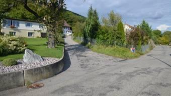 Einfahrt von der Mahrenstrasse in den Schulweg in Mahren. Der Weg mündet in Lostorf direkt in die Schulstrasse.