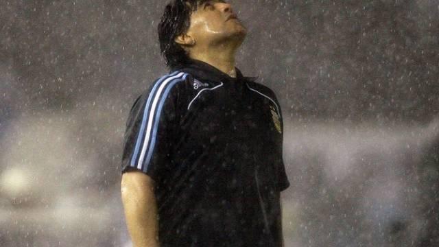 Maradona im Regen von Buenos Aires