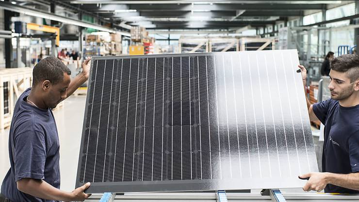 Die Produzentenpreise im November sind leicht tiefer ausgefallen: zwei Arbeiter in einer Solarfabrik (Symbolbild).