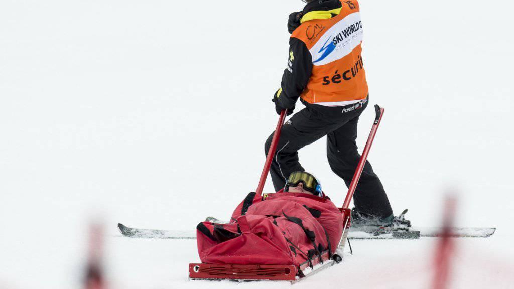 Denise Feierabend wird nach dem Sturz mit dem Rettungsschlitten abtransportiert