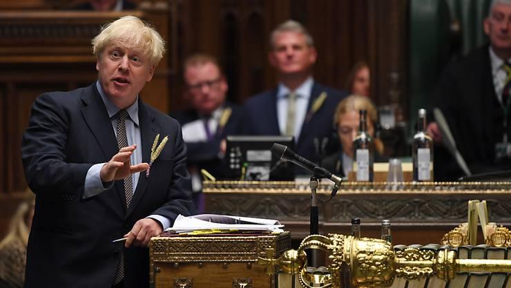 HANDOUT - Boris Johnson (l), Premierminister von Großbritannien, spricht im britischen Unterhaus, wo er an den «Prime Minister's Questions» («Fragen an den Premierminister»), teilnimmt. Foto: Uk Parliament/Jessica Taylor/PA Media/dpa - ACHTUNG: Nur zur redaktionellen Verwendung im Zusammenhang mit der aktuellen Berichterstattung und nur mit vollständiger Nennung des vorstehenden Credits
