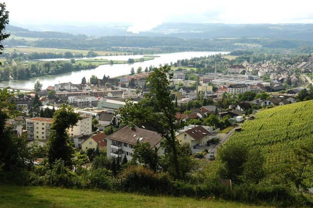 Blick vom Rebberg auf Döttingen, die mit dem Winzerdorf zusammengewachsene Nachbargemeinde Klingnau und den Klingnauer Stausee.