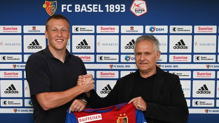 Emil Bergström posiert mit FCB-Sportdirektor Ruedi Zbinden.