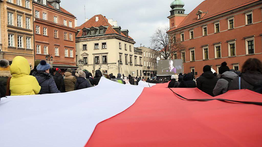 Tausende Menschen haben am Samstag in Danzig Abschied genommen von ihrem ermordeten Bürgermeister Pawel Adamowicz. Die Trauerfeier wurde auf grossen Leinwänden übertragen.