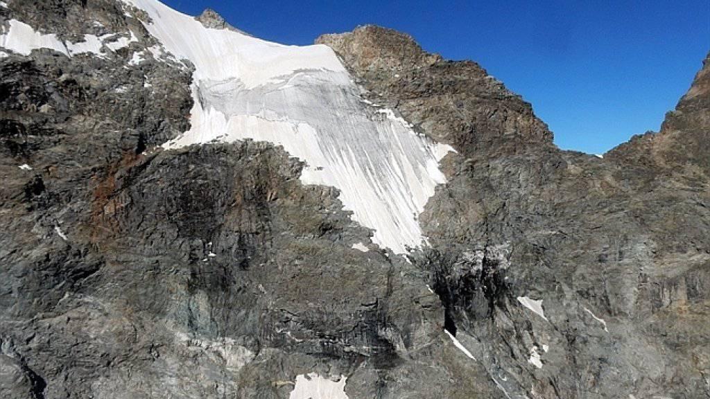Unfassbares Glück im Unglück: Der Absturz eines jungen Bergsteigers am Piz Bernina über ein sehr steiles Schneefeld wurde von Felsen gestoppt, bevor der Mann über senkrechte Klippen abstürzte.