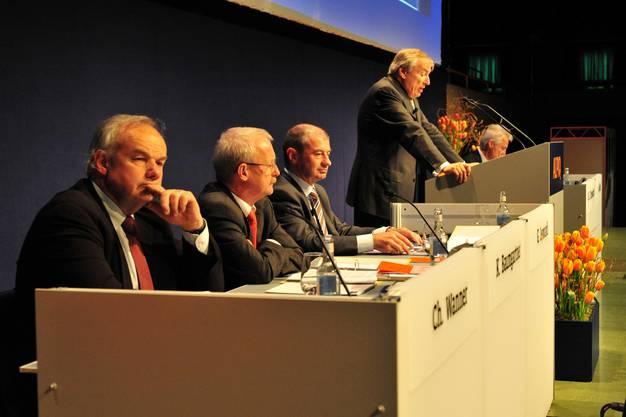 Protagonisten in einer Aufnahme von der ersten Alpiq-GV 2009 (von links): VR-Vize Christian Wanner, CFO Kurt Baumgartner, CEO Giovanni Leonardi, VR-Präsident Hans E. Schweickardt (stehend).