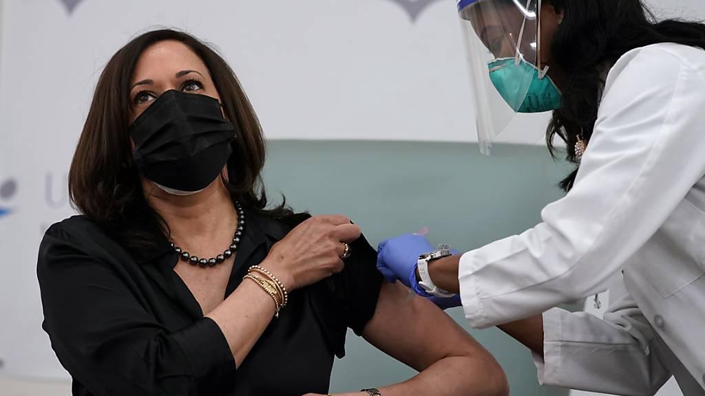 Künftige US-Vizepräsidentin lässt sich öffentlich gegen Corona impfen
