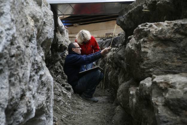 Ylva Backman (wissenschaftliche Mitarbeiterin) und Carmelo Porto (archäologischer Ausgräber) untersuchen die Fundstelle an der Berntorstrasse.