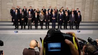 Gruppenfoto in Brüssel: Die Verteidigungsministerinnen und -minister der Nato-Staaten nach ihrer Tagung, bei der das Aus des INF-Vertrags im Zentrum stand. Key