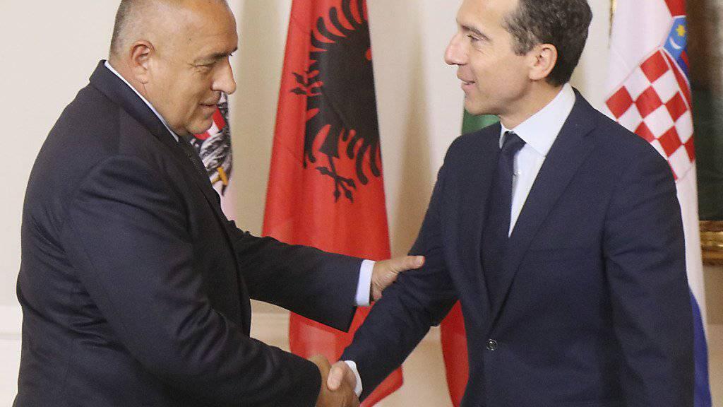 Der bulgarische Regierungschef Bojko Borissow  (links) wird vom österreichischen Bundeskanzler Christian Kern begrüsst.