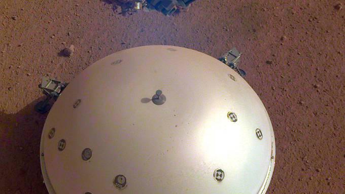 Das Seismometer auf der Marsoberfläche ist durch einen Schutzschild vor Marswinden geschützt. (Archivbild)