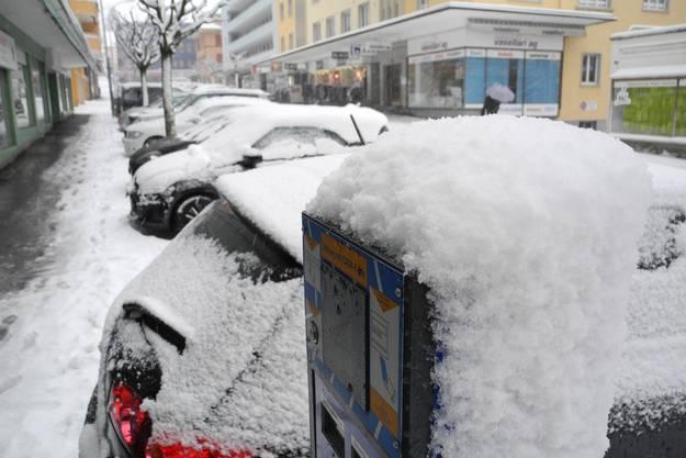 Voller Schnee: parkierte Autos in Grenchen