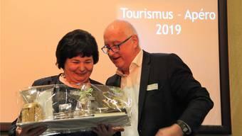 Tourismus-Präsident Jürg Hässig verabschiedet Bea Weber aus dem Vorstand. CM
