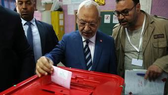 Der tunesische Anführer der islamisch-konservativen Partei Ennahda, Rached Ghannouchi, bei der Stimmabgabe am Sonntag in Tunis.