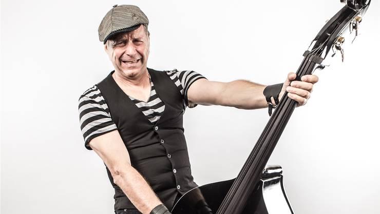 «Es braucht manchmal eine gewisse Härte, um eine Band zu leiten», sagt Ueli Hofstetter. Hier im Bild am Kontrabass. ZVG