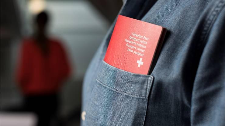 Der Kanton Aargau hofft, dass künftig mehr Menschen den Schweizer Pass beantragen werden.