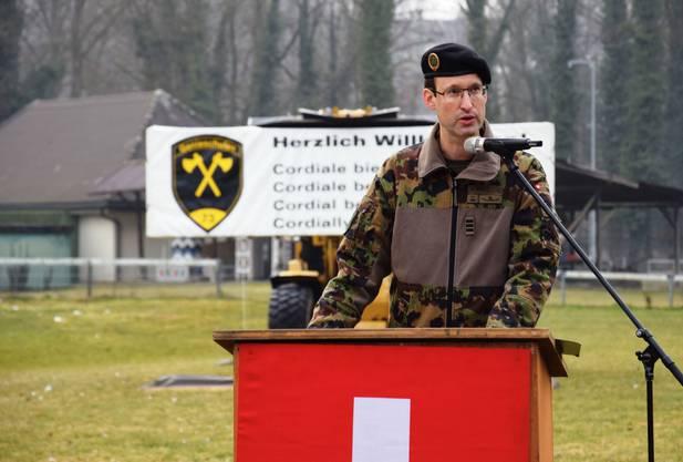 Oberst André Güss, Waffenplatz- und Schulkommandant, begrüsst die Besucher