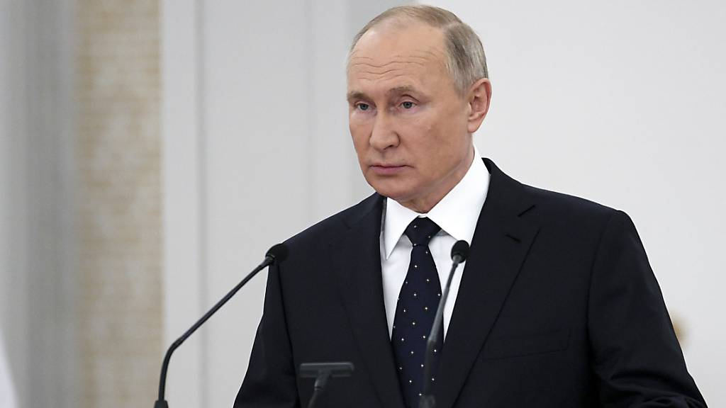Der russische Präsident Wladimir Putin hält eine Rede vor Mitgliedern der Staatsduma. Russland hat mit Bedauern auf den Ausgang des EU-Gipfels reagiert. Putin sei aber weiter an dem Dialog mit Brüssel interessiert. Foto: Ramil Sitdikov/Pool Sputnik Kremlin/dpa