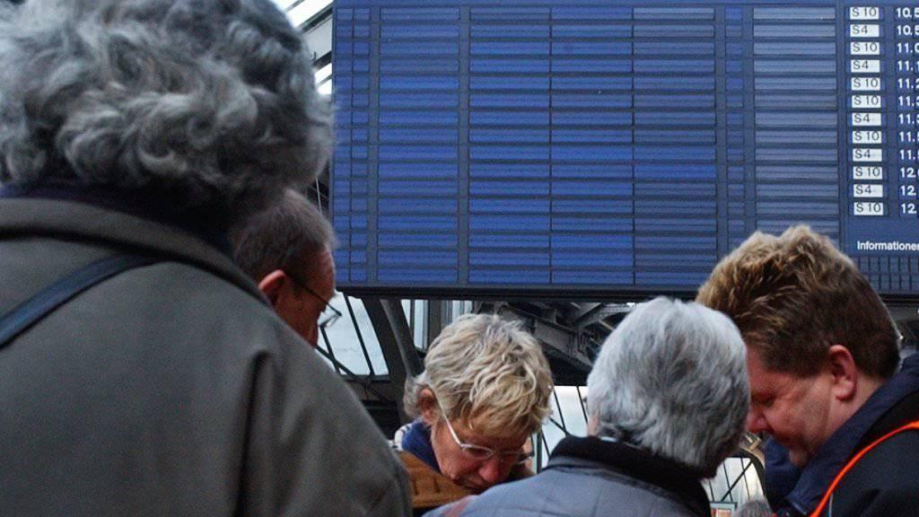 Wenn das Bahnnetz zusammenbricht wie im Februar 2005 in Zürich, sollen Reisende informiert und unter Umständen auch entschädigt werden müssen (Archivbild).