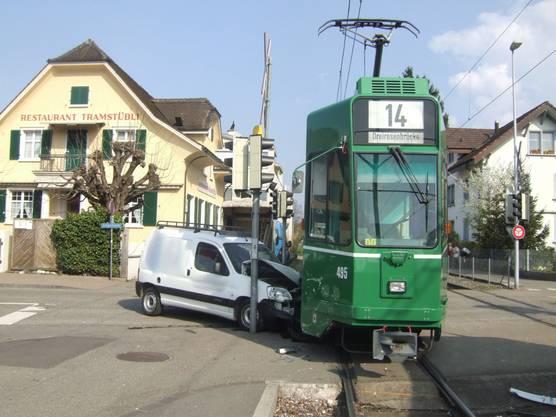Lieferwagen wurde zwischen Tram und Lichtsignalmast eingeklemmt